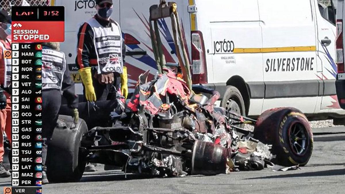 El RB16B de Verstappen quedó destrozado tras el accidente en Copse