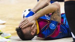 Sergio Lozano con claros signos de dolor tras recibir una entrada de Leandro