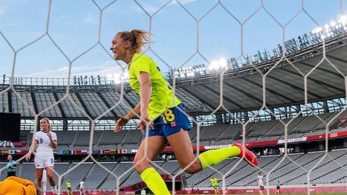 Fridolina Rolfö celebrando un gol con Suecia en los Juegos Olímpicos