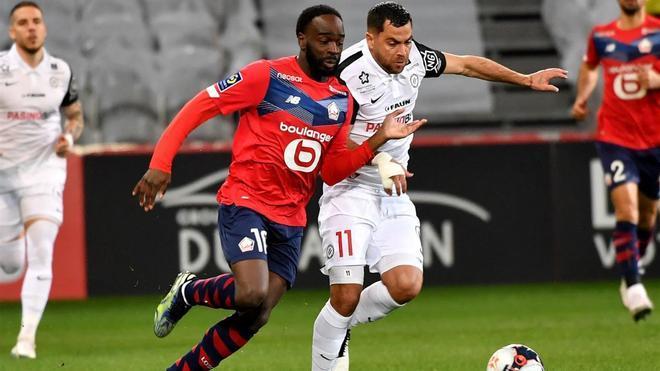 Ikoné pugna por un balón con Savanier durante la visita del Montpellier al Lille