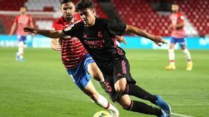 El Madrid golea al Granada y sigue peleando por LaLiga: el resumen del partido