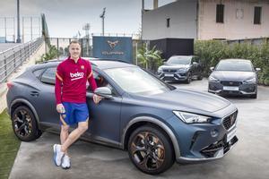 Marc André Ter Stegen personaliza su nuevo Cupra, coche oficial del FC Barcelona, durante un un evento organizado por la marca en la Ciutat Esportiva Joan Gamper.