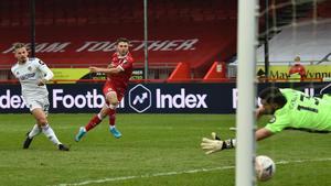 Kiko Casilla recibe un gol del Crawley