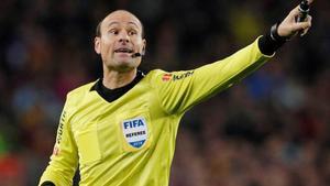 Mateu Lahoz con su escarapela de 2019 FIFA Referee