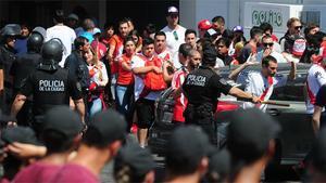 Batalla campal entre aficionados de River y la policía fuera del estadio