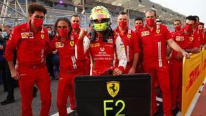 El staff de Ferrari acudió a celebrar con Mick el esperado título