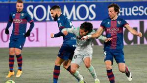 El Betis asalta Huesca en los últimos minutos