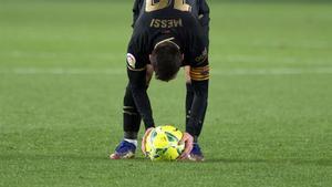 Messi puso con especial mimo el balón para lanzar la falta que significó el 0-3 y su segundo doblete consecutivo en Liga