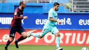 Luis Suárez se marhca de Ramis en un lance del duelo de Ipurua