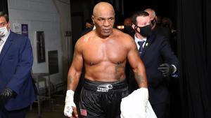 Mike Tyson sale del ring después de recibir un empate dividido contra Roy Jones Jr