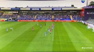 ¡La mandó literalmente fuera del estadio! El potente tiro en este partido de la liga danesa que ha dado la vuelta al mundo