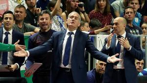 Andreu Plaza, dirigiendo al equipo ante el Valdepeñas