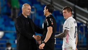 Zidane saluda a Martínez Munuera en Valdebebas ante la mirada de Kroos