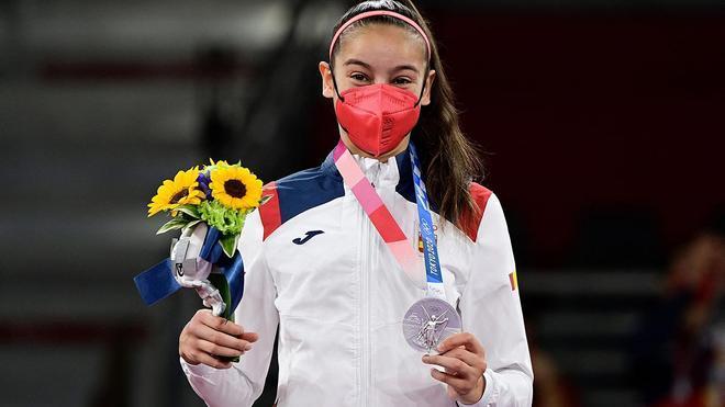 Adriana Cerezo posando con la medalla en Tokio 2020
