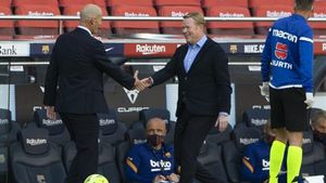 Koeman y Zidane se saludan antes del Barça - Madrid del Camp Nou