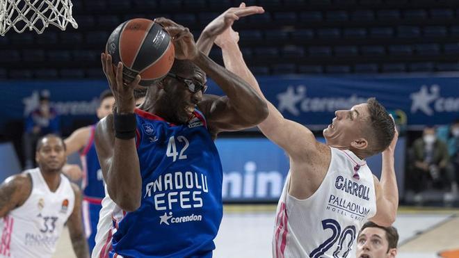 El Efes pasó por encima del Madrid en el primer partido del play-offs