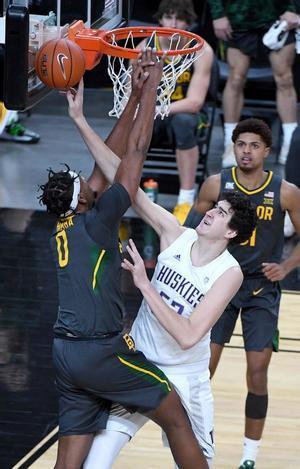 Flo Thamba # 0 de los Baylor Bears recibe una falta de Riley Sorn # 52 de los Washington Huskies en la segunda mitad de su juego durante el torneo de baloncesto #VegasBubble en T-Mobile Arena.