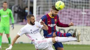 Gerard Piqué y Karim Benzema en una una imagen del clásico de la primera vuelta, celebrado en el Camp Nou