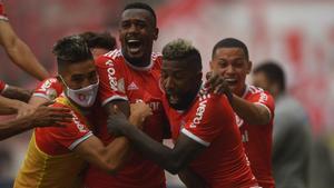 Edenilson celebra con sus compañeros el gol de la victoria en el Gre-Nal