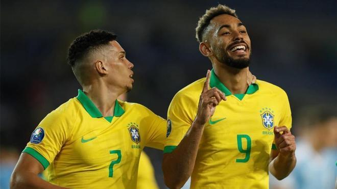 Paulo Sampaio y Matheus Cunha celebran un gol en el Preolímpico Sudamericano de 2020.