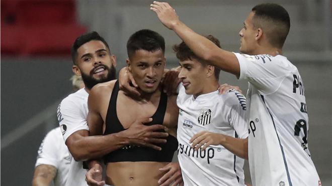 Marcos Leonardo celebra el golazo que le marcó al San Lorenzo