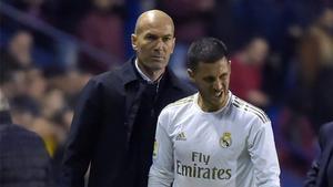 Zinedine Zidane y Eden Hazard durante un partido del Real Madrid de la temporada 2019/20
