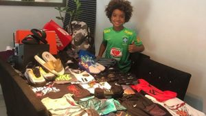 Kauan Basile enseña los productos que le ha enviado Nike