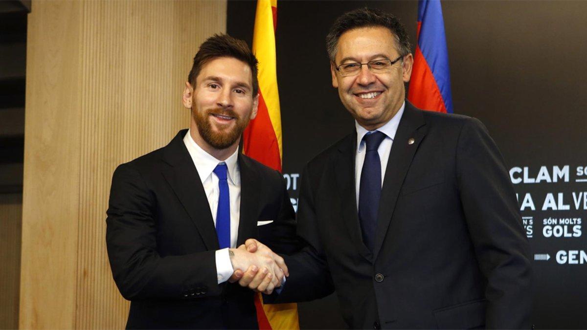 Leo Messi y Josep Maria Bartomeu tras la última renovación del argentino en 2017