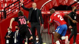 Zidane, en una acción durante el partido en Granada
