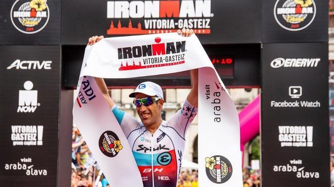 El español Eneko Llanos tras proclamarse ganador del Ironman de Vitoria en 2019