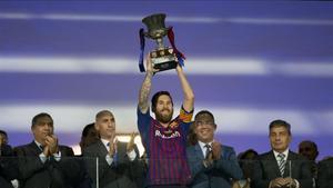 Leo Messi levanta la última Supercopa conquistada por el Barça