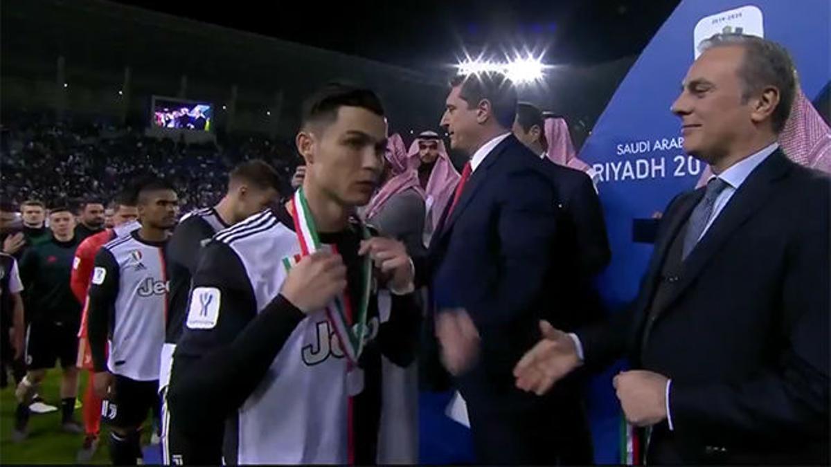 Así reaccionó Cristiano en el momento de recoger la medalla tras perder la Supercoppa de Italia