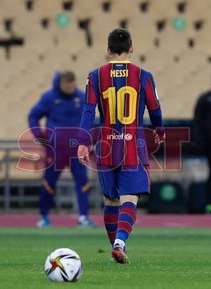 Leo Messi abandona el terreno de juego tras ser expulsado en la final de la Supercopa de España disputada entre FC Barcelona y Athletic de Bilbao en el estadio de la Cartuja de Sevilla.