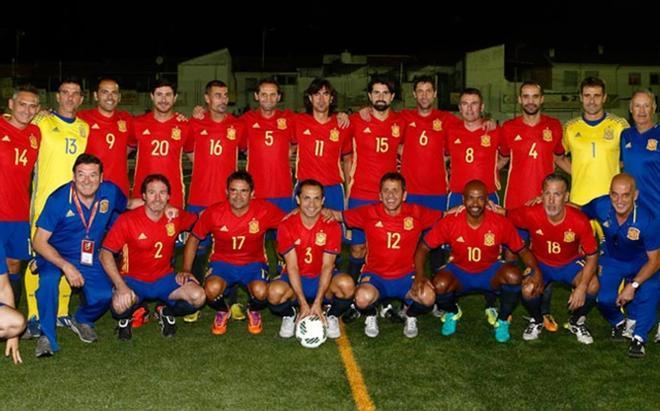 Las leyendas de la Roja, posando para el partido