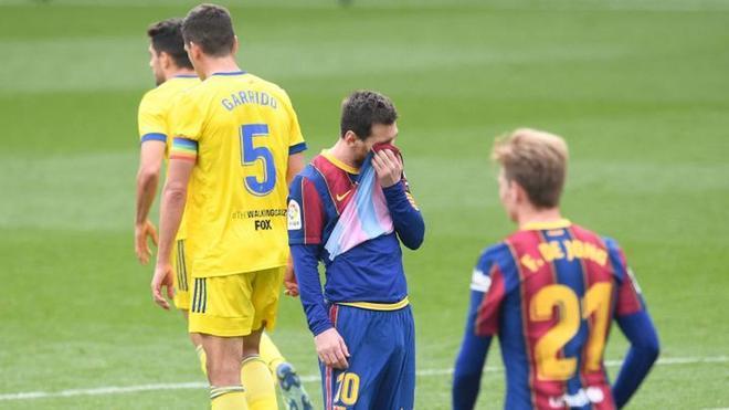 El Barcelona dejó caer unos puntos vitales contra el Cádiz al empatar en casa
