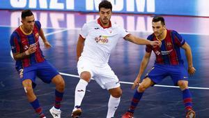 Aicardo y Dyego, disputan el balón ante Matteus, de ElPozo Murcia