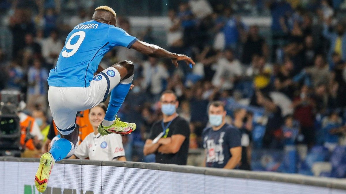 Victor Osimhen salta la valla publicitaria para celebrar un gol con la afición del Nápoles