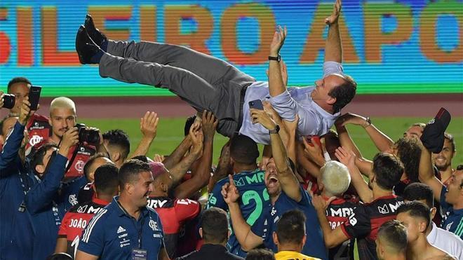 Los jugadores del Flamengo mantean a su técnico Rogerio Ceni