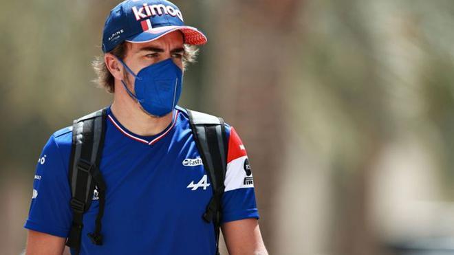 Alonso, en el paddock de Bahrein