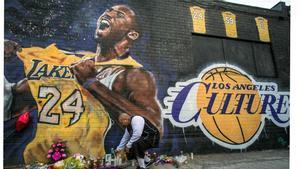 Un mural dedicado a la memoria de Kobe Bryant en Los Angeles