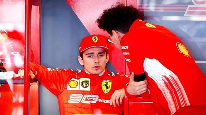 Leclerc con Mattia Binotto, jefe de Ferrari.
