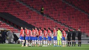 Los jugadores del Granada, antes de empezar el partido ante el Molde en Budapest.