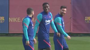 Messi bromea con Jordi Alba e Ilaix durante el entrenamiento