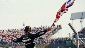 Hamilton brindando su triunfo a la afición británica en Silverstone