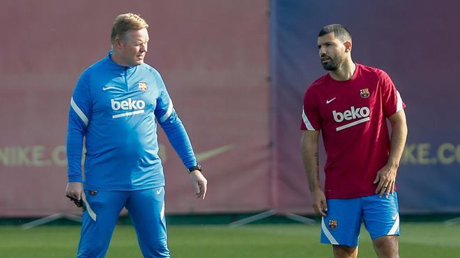 Koeman y Agüero, en el entrenamiento del Barça
