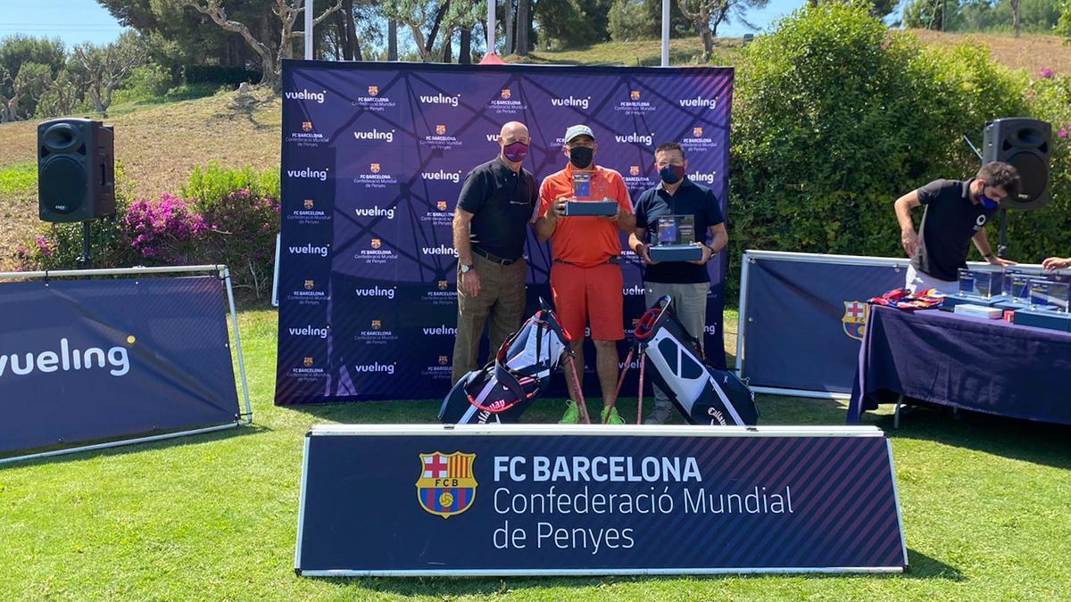 Antoni Guil y Paco Clos entregan uno de los premios del torneo