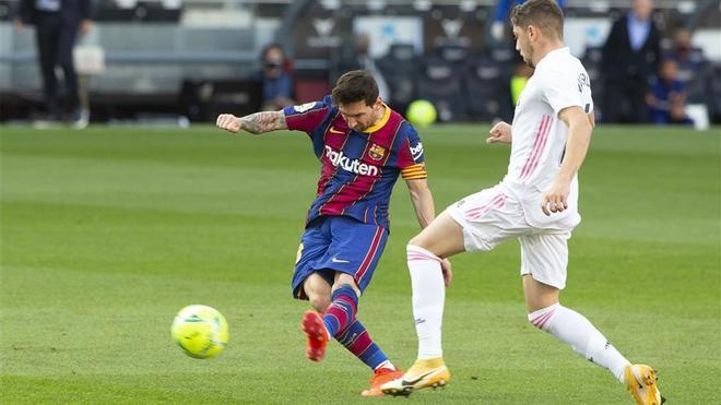 Messi, en un acción contra el Real Madrid en el clásico de la Liga (primera vuelta)