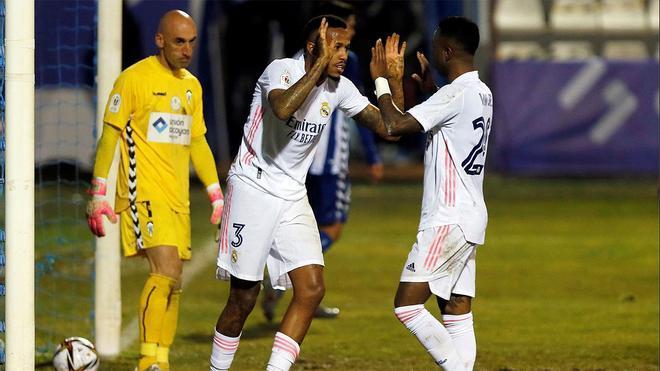 Militao celebra un gol con Vinicius