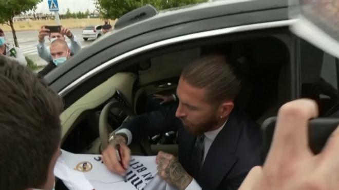 Los aficionados muestran su apoyo a Ramos el día de su despedida