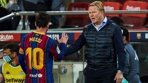 Koeman saluda a Messi, en un partido de esta temporada